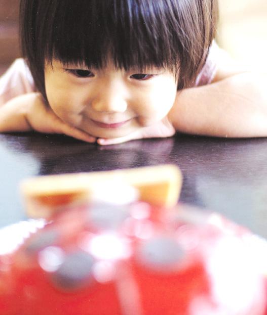 アニバーサリーケーキ笑顔で囲む記念日のケーキ